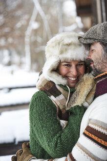 Portrait of happy couple wearing winter fashion - FSF00725