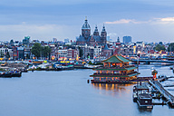 Netherlands, Amsterdam, view to Basilica of St. Nicholas with chinese restaurant in the foreground - WDF03872