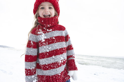 Little girl having fun in winter, portrait - FSF00766