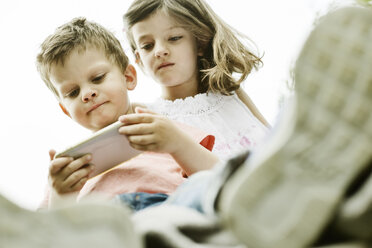 Brother and sister using smart phone - JATF00960