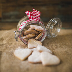 Preserving jar of heart-shaped shortbreads sprinkled with icing sugar on jute - GIOF01807