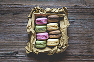Different macarons in a box on wood - GIOF01812