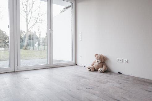 Teddy bear in empty room - JOSF00511