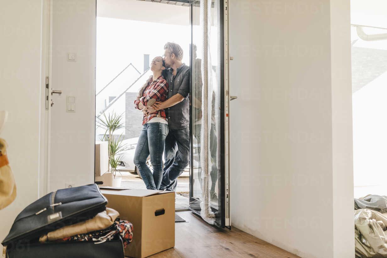 Happy couple standing in door of their new home - JOSF00535 - Joseffson/Westend61
