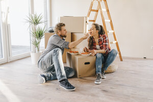 Couple moving house, taking a break, eating salad - JOSF00556