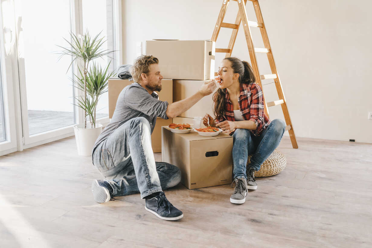 Couple moving house, taking a break, eating salad - JOSF00556 - Joseffson/Westend61
