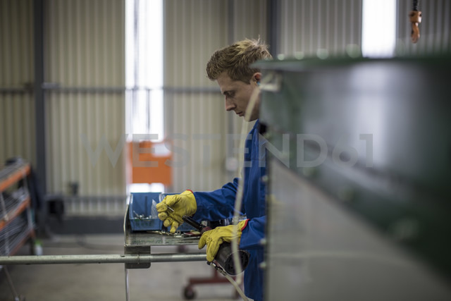 Factory worker in truck manufacture assembling truck parts - ZEF12763 - zerocreatives/Westend61