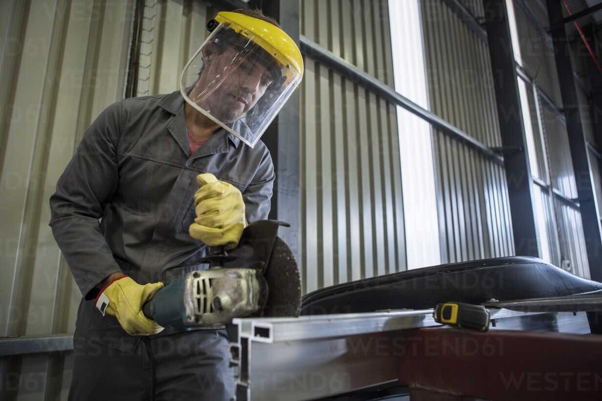 Factory worker in truck manufacture using buzz saw - ZEF12766 - zerocreatives/Westend61