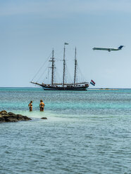 Aruba, Oranjestad, view to sailing ship on the sea and jet in the air - AM05258