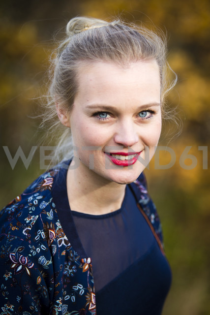 Portrait of smiling young woman in autumn - NGF00385 - Nadine Ginzel/Westend61