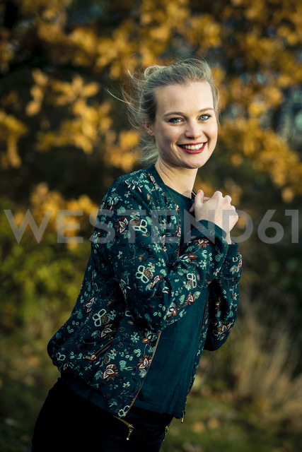 Portrait of smiling young woman in autumnal forest - NGF00388 - Nadine Ginzel/Westend61