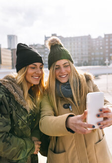 Two friends taking selfie with smartphone - MGOF02910