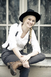 Portrait of smiling young woman wearing vintage clothing - NGF00391