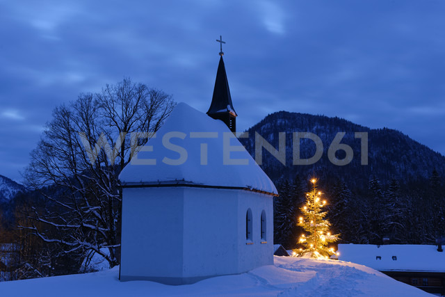 Germany, Lenggries, chapel and lighted christmas tree - LBF01553 - Lisa und Wilfried Bahnmüller/Westend61