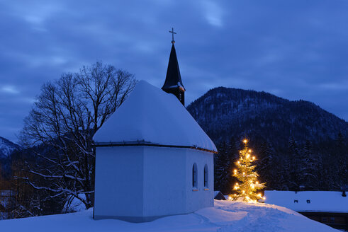 Germany, Lenggries, chapel and lighted christmas tree - LBF01553