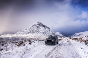 UK, Scotland, Glencoe, Buachaille Etive Mor, Four wheel drive vehicle in winter - SMAF00667