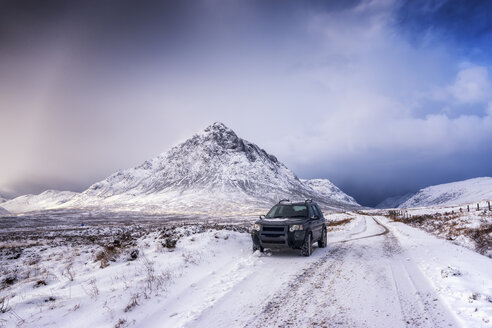 UK, Scotland, Glencoe, Buachaille Etive Mor, Four wheel drive vehicle in winter - SMAF00667