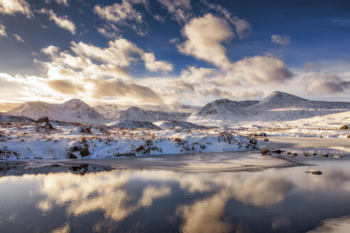 UK, Scotland, Rannoch Moor, Loch Ba and Black Mount Mountain Range in winter - SMAF00685