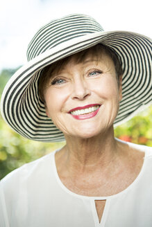 Portrait of smiling senior woman wearing a hat - WESTF22702