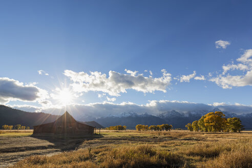 USA, Wyoming, Grand Teton National Park, Jackson Hole, T. A. Moulton Barn in front of Teton Range - FOF08849