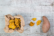 Sweet potato chips and fresh sweet potato on wood - JUNF00853