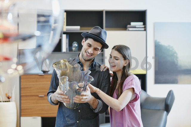 Couple in furniture store looking at vase - RORF00628 - Roger Richter/Westend61