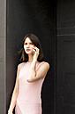 Portrait of young woman on the phone - LMF00651
