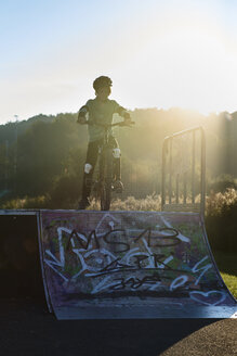 Boy with mountainbike at ramp - JED00281