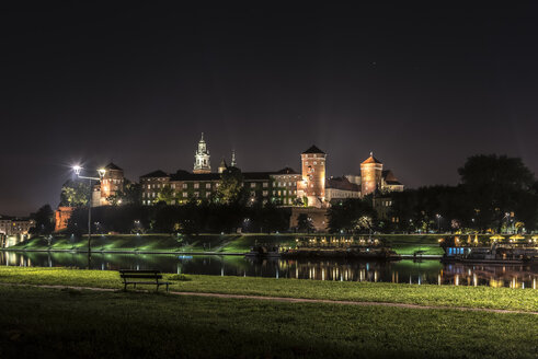 Poland, Krakow, Wawel castle complex at Vistula River at night - CST01244