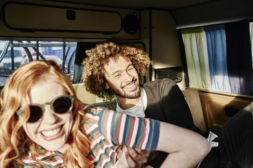 Happy young couple in a van - FMKF03488