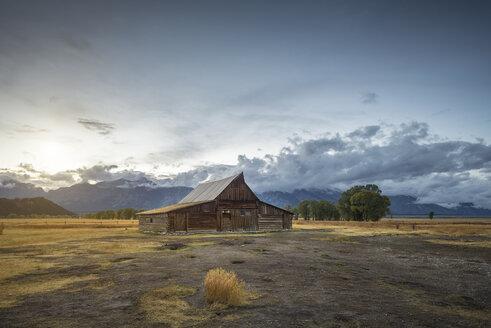 USA, Wyoming, Grand Teton National Park, Jackson Hole, T. A. Moulton Barn in front of Teton Range - EPF00357