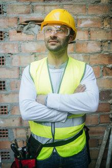 Confident construction worker looking up - KIJF01293