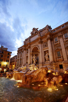 Italy, Rome, lighted Trevi Fountain in the evening - DSGF01478