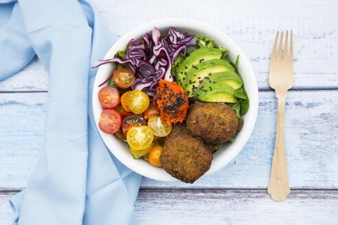 Lunch bowls of leaf salad, red cabbage, avocado, tomatoes, quinoa fritters and ajvar - LVF05901