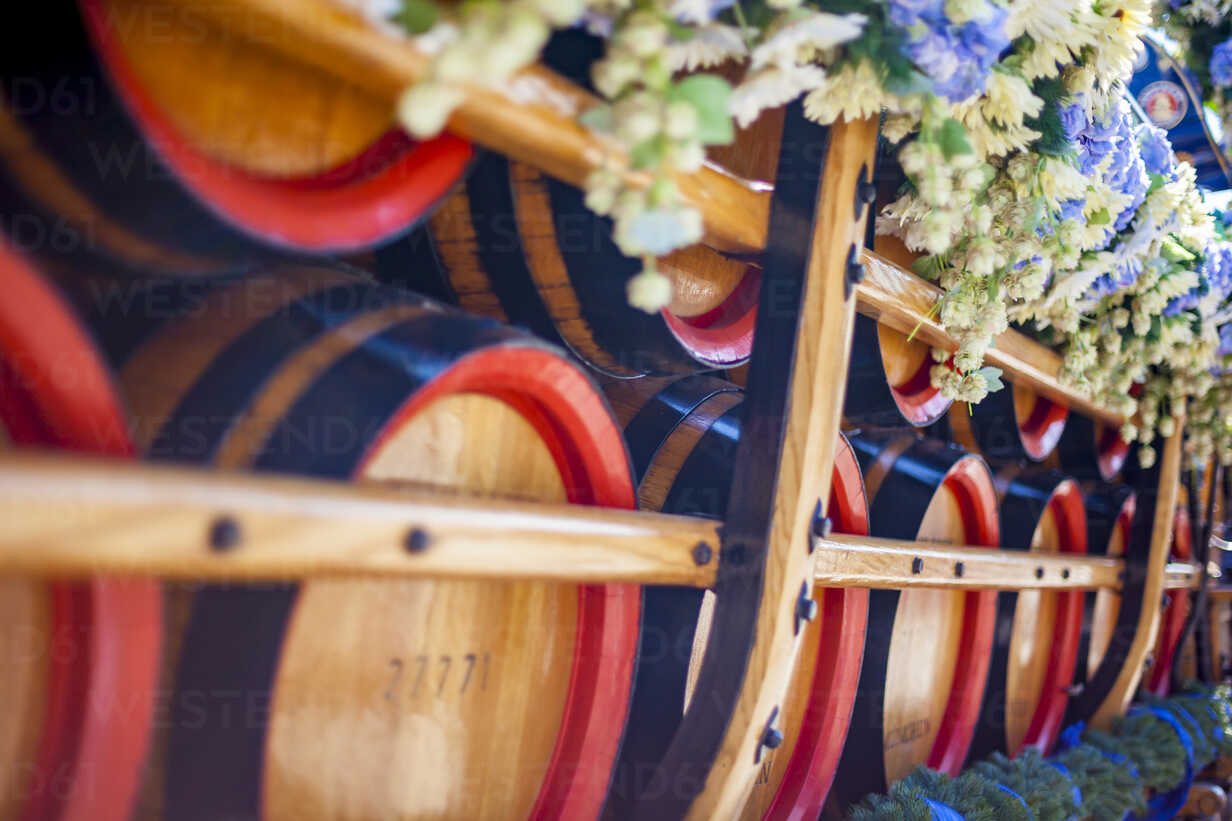 Germany, Bavaria, Munich, wooden barrels on cart at Oktoberfest - MMAF00045 - Michael Malorny/Westend61