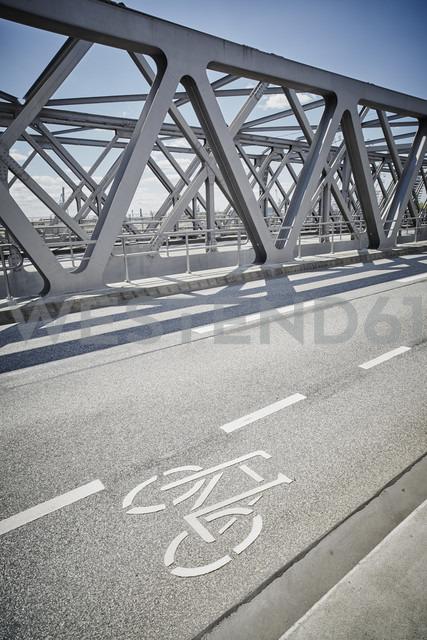 Germany, Hamburg, bicycle lane on a bridge - RORF00665 - Roger Richter/Westend61