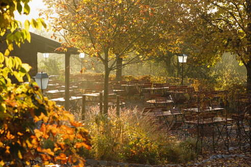 Germany, Bavaria, Tutzing, beer garden Forsthaus Ilkahoehe, autumn morning - SIEF07319