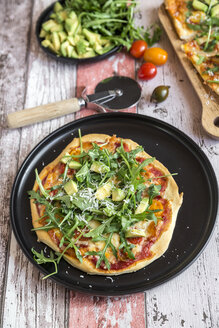 Vegetarian pizza with avocado, rocket, tomatoes and parmesan on plate - SARF03216