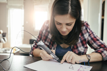 Young woman drawing with 3D pen - ZEDF00541