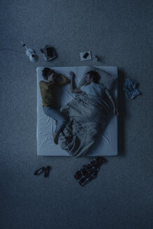 Couple lying in bed, top view - JOSF00617