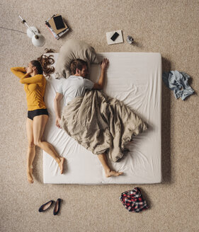 Man lying in bed with woman lying besides, top view - JOSF00620