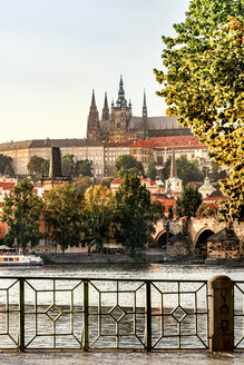 Czechia, Prague, view to castle and Charles Bridge with Vltava in the foreground - CSTF01305