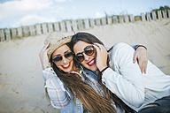 Portrait of two best friends on the beach - KIJF01307