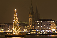 Germany, Hamburg, Jungfernstieg, lighted Christmas tree at Binnenalster with town hall in the background - WIF03404