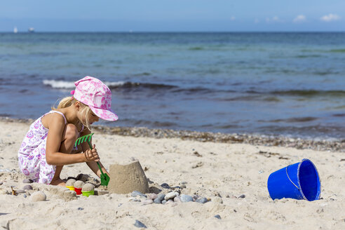 Little girl playing on the beach - JFEF00843