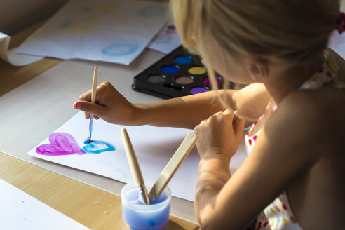 Little girl painting hearts with watercolours - JFEF00849