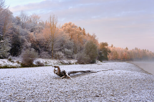 Germany, Bavaria, Geretsried, Isar, snow-capped gravel bank in morning light - SIEF07333