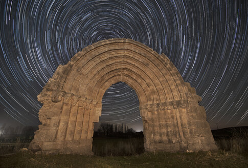 Spain, Sasamon, Arco de San Miguel de Mazarreros with star trails in the background - DHCF00066