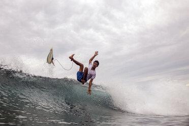 Indonesia, Java, man surfing - KNTF00709