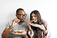 Young couple at home eating pizza - VABF01248